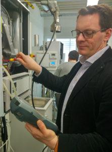 CCEC-Mitarbeiter testet Messgeräte